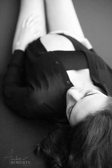 elegant contemporary black and white maternity photo session plymouth minnesota